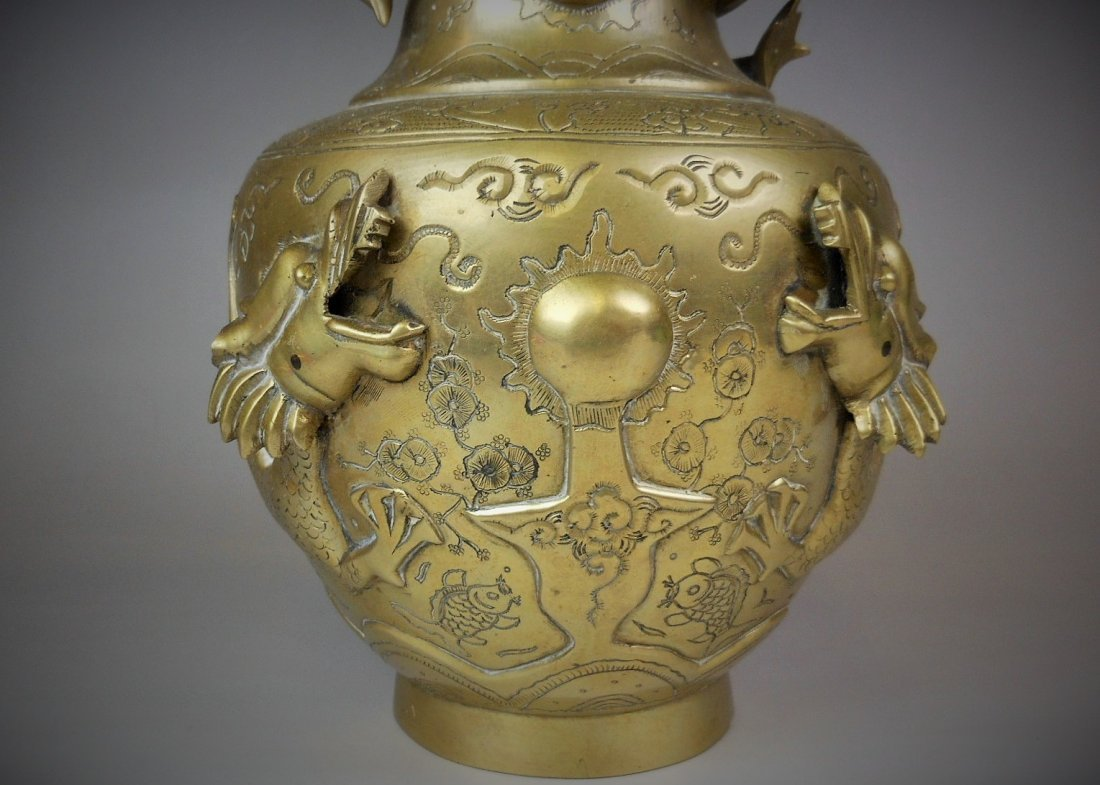 A Chinese antique bronze vase  carved with dragon - 4