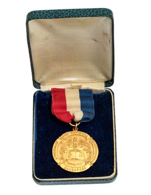 A NATIONAL SOCIETY OF COLONIAL DAUGHTERS MEDAL