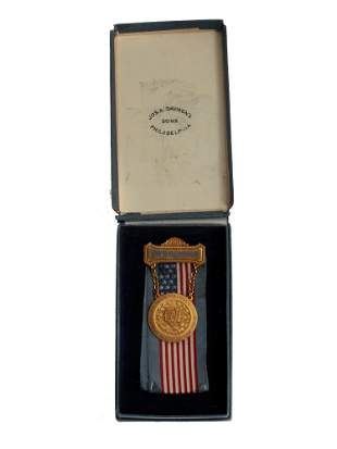 A GOLD DAUGHTERS OF UNION VETERANS CASED MEDAL