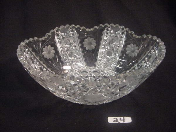 24: Elegant crystal fruit bowl floral design