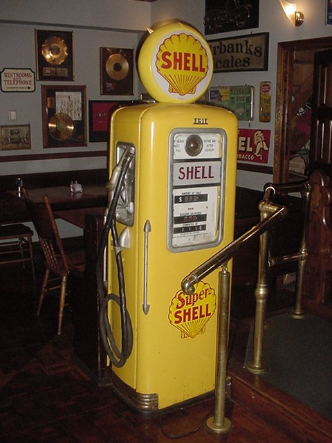 19: Shell Gas Pump.Has repoduction globe Sep.1982.