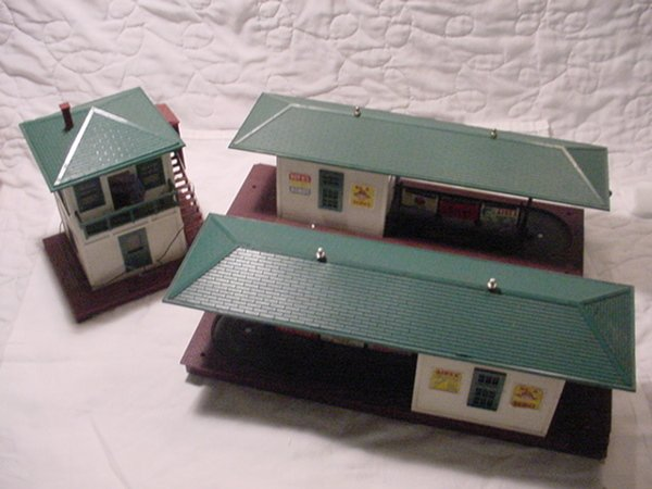 322: Lionel 445 Switch Tower and set of 2- 356 Freight