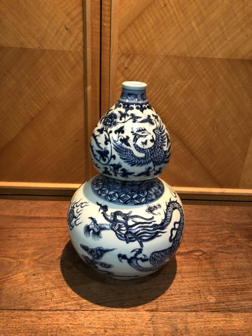 Yuan blue and white dragonfly hyacinth bottle
