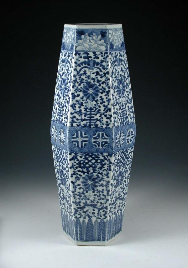 98: AN 1850'S CHINESE BLUE AND WHITE VASE