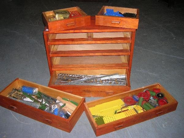 2224: AN OAK CASE OF MECCANO WITH ONE LIFT-OUT TRAY AND