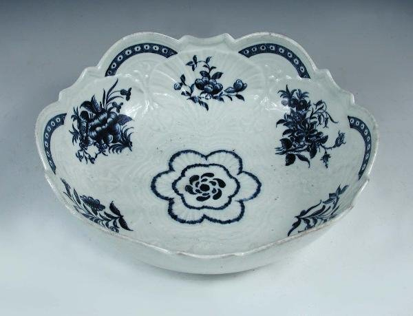 19: A WORCESTER BLUE AND WHITE BOWL