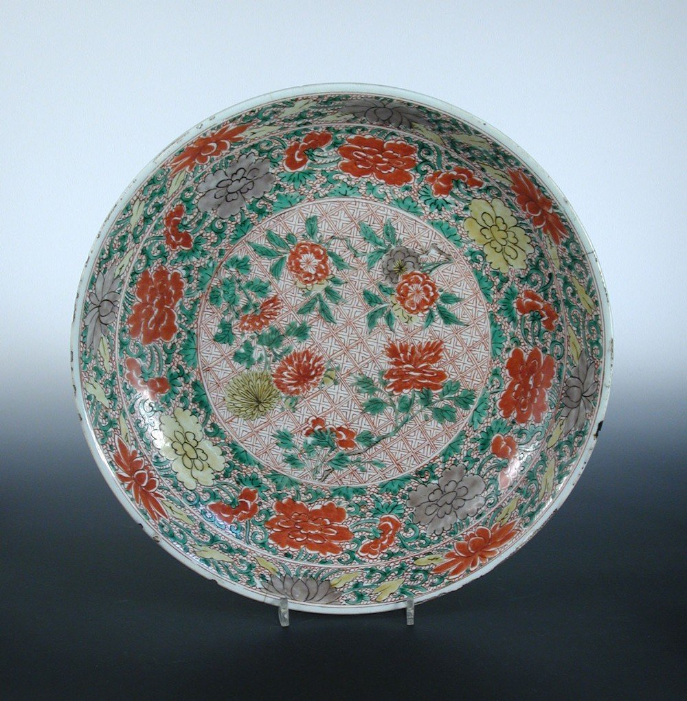 An early 18th century famille verte charger