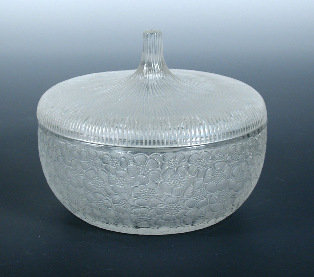 Boite Eglantines, a Lalique glass box and cover,