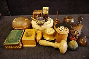 2174: A general collection of treen sewing accessories,