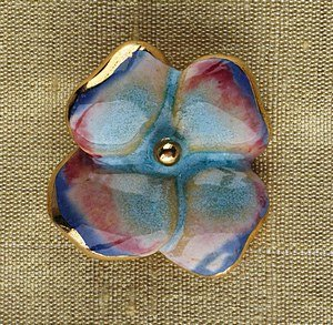 17: A rare Lucie Rie ceramic flower button, circa 1940,