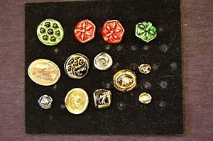 25: Bimini pressed glass brooches and ear-rings, circa