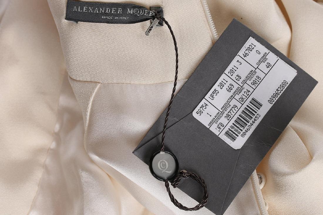 An Alexander McQueen 'Pippa Middleton' ivory silk crêpe - 6
