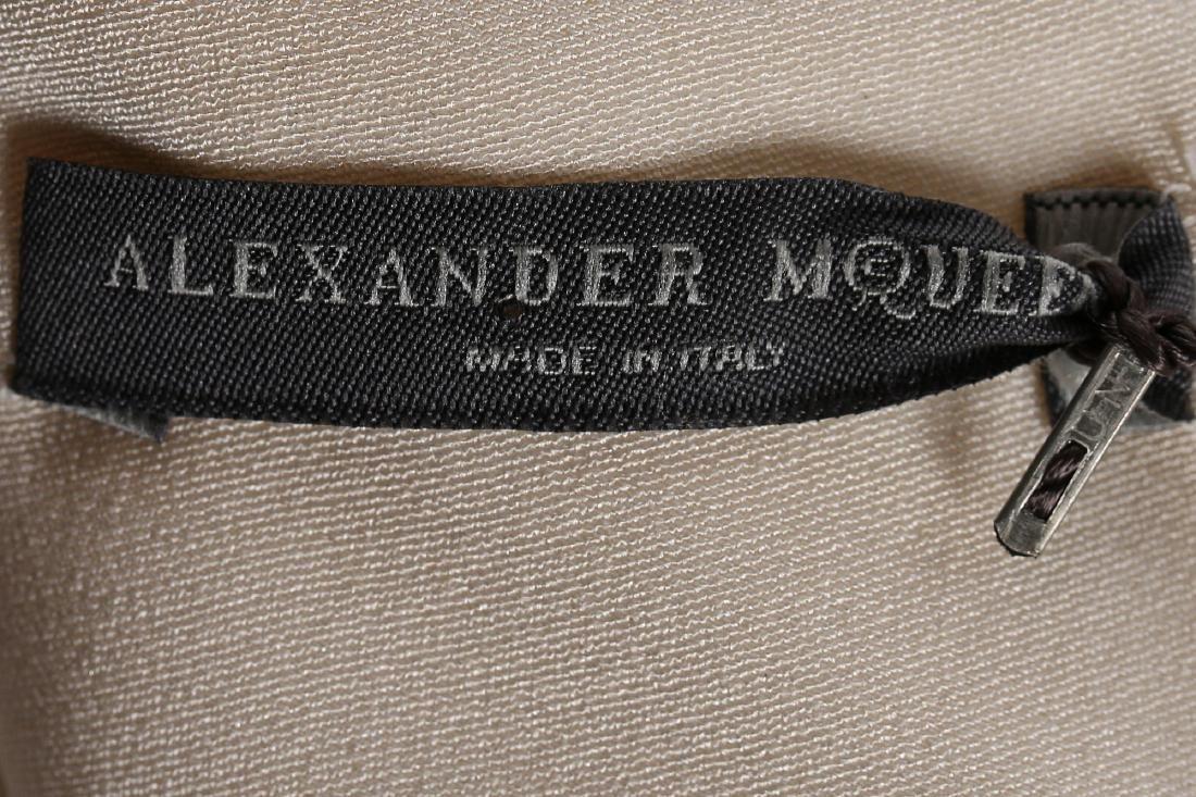 An Alexander McQueen 'Pippa Middleton' ivory silk crêpe - 7
