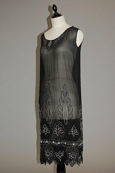1015: A black georgette flapper dress, 1920s, of simple