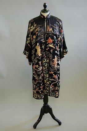 1003: An embroidered ladies informal robe, circa 1920,