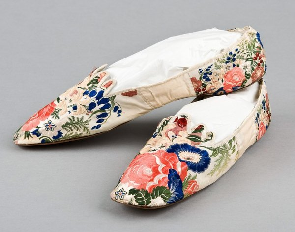 21: A pair of brocaded ribbon-silk covered ladies pumps