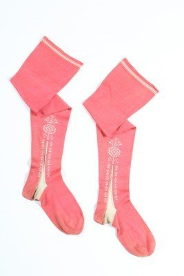 a pair of silk stockings theme essay A pair of silk stockings setting a town, the department store/ shoe dept, waiting room, / movie theatre, restaurant, cable car a pair of silk stockings theme.