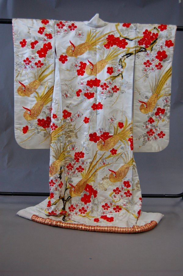 1023: An embroidered Japanese wedding kimono, 20th cent