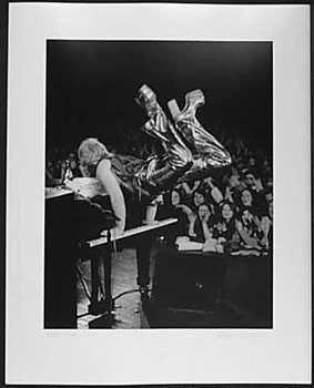 4051002: ELTON JOHN 1973 LIVE SIGNED PHOTO BLACK & WHIT