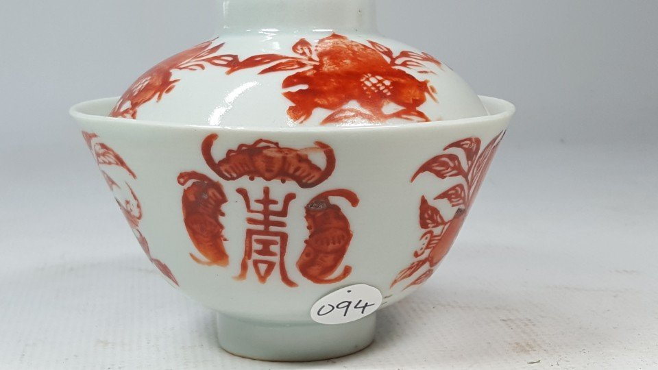 Chinese red and white porcelain tea cup with lid