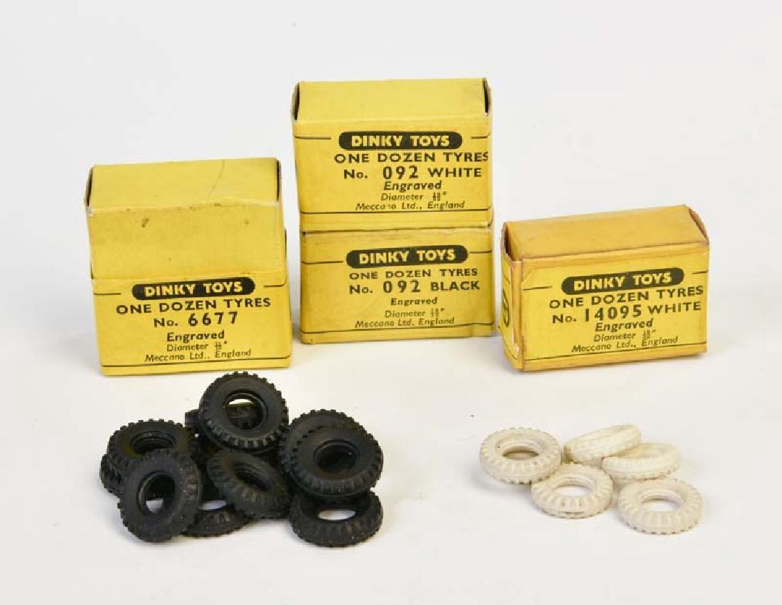 Dinky Toys, 4 Boxen mit Reifen