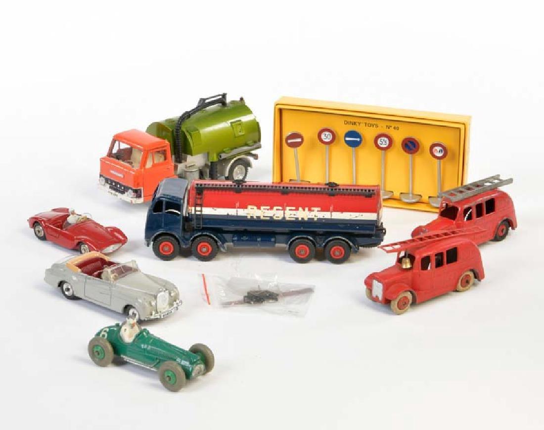 Dinky, 7 Fahrzeuge + Zubehoer