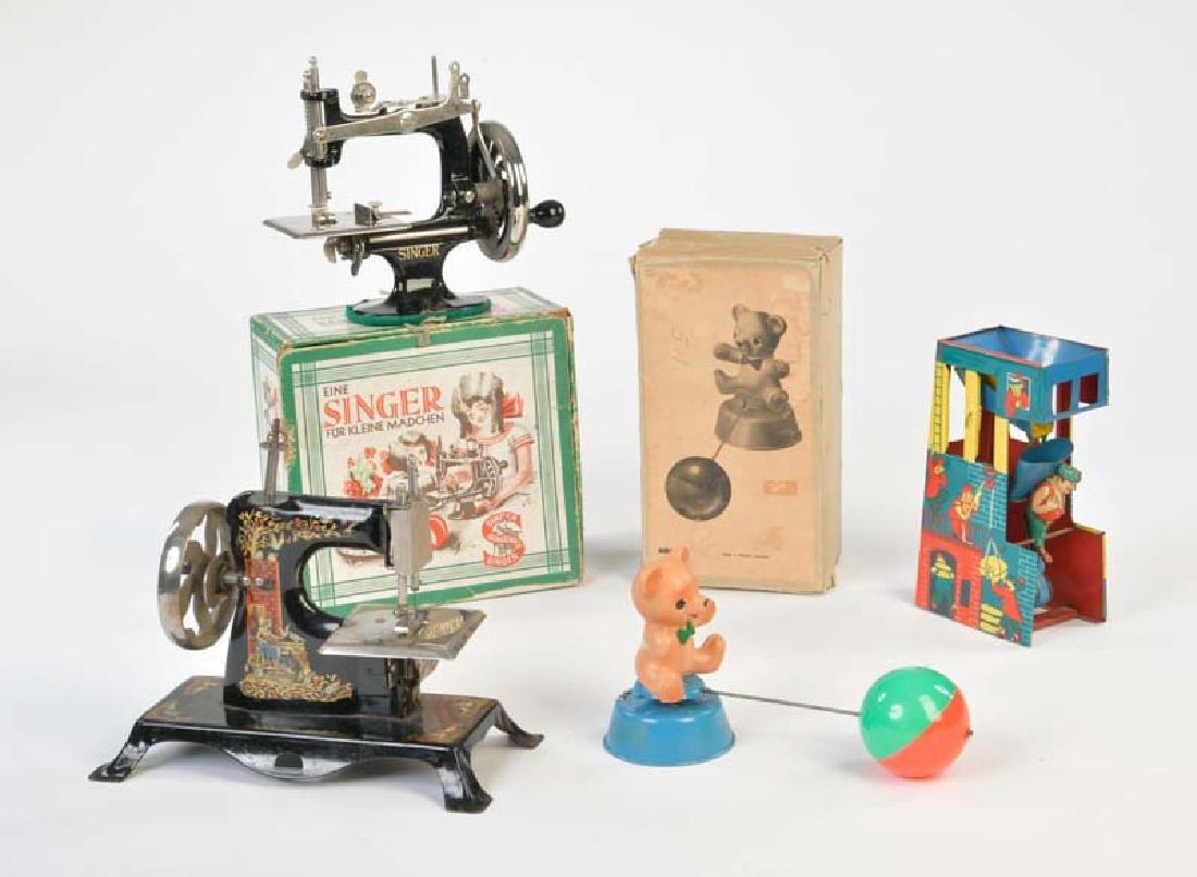 Singer u.a., 2 Kindernaehmaschinen, Sandspielzeug +