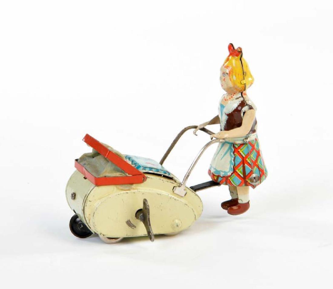Goeso, Maedchen mit Puppenwagen