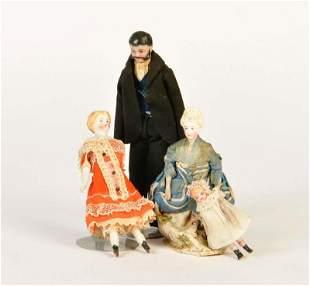 4 Puppen fuer Puppenstuben mit alter Kleidung