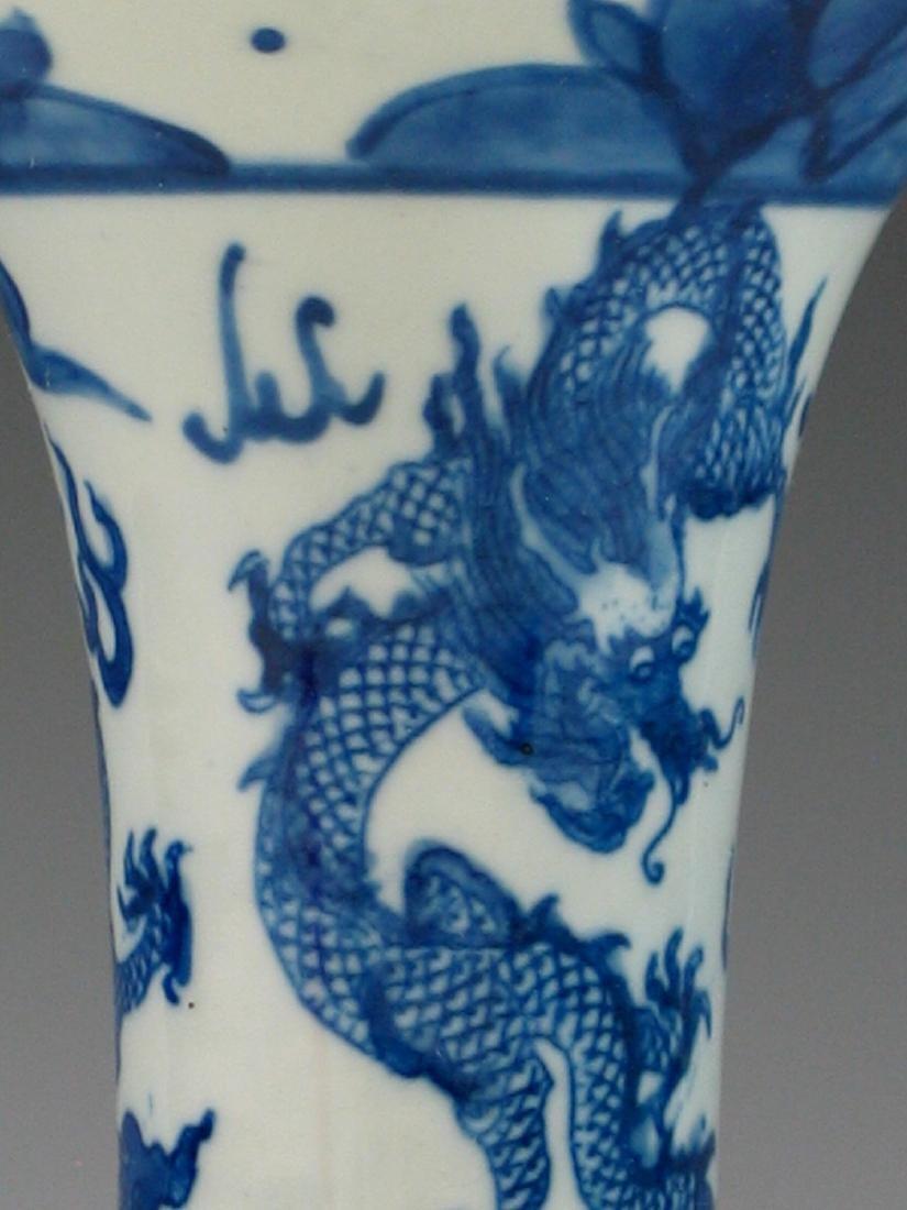 Chinese blue and white porcelain vase, Ming mark. - 6