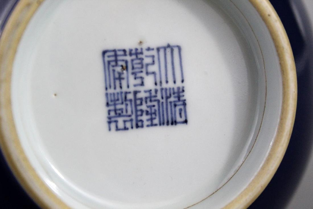 Chinese powder blue porcelain vase, Qianlong mark. - 3