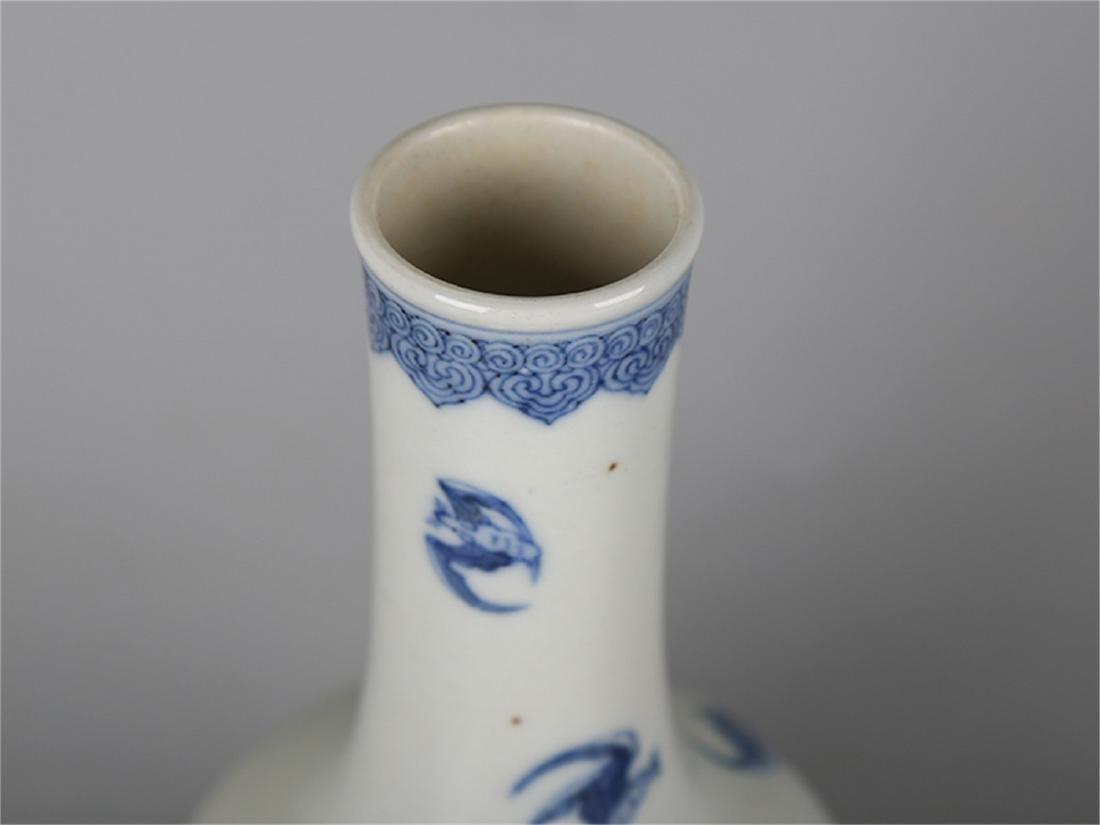 Chinese blue and white porcelain vase, Qianlong mark. - 3