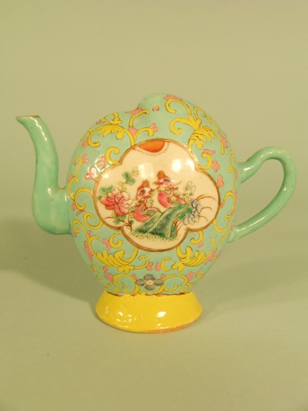 8C: A Chinese cadogan tea or wine pot, Qing dynasty 19t