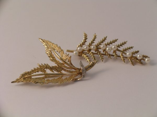 21C: Two 9ct gold foliate spray brooches set with cultu