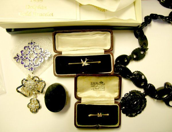 A selection of jewellery to include a swallow bar