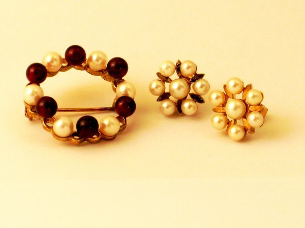 1: A 9ct gold cultured pearl and garnet set wreath broo