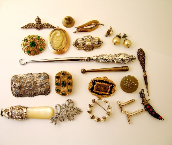 5: A box containing a selection of jewellery and epheme