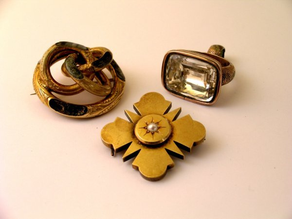 12:  A Victorian yellow metal brooch, of shaped square