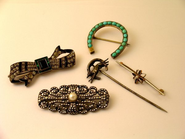 13: A selection of jewellery to include; a sapphire and