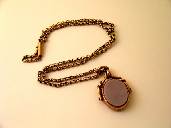 17: A yellow metal chain stamped '9ct' with barrel snap