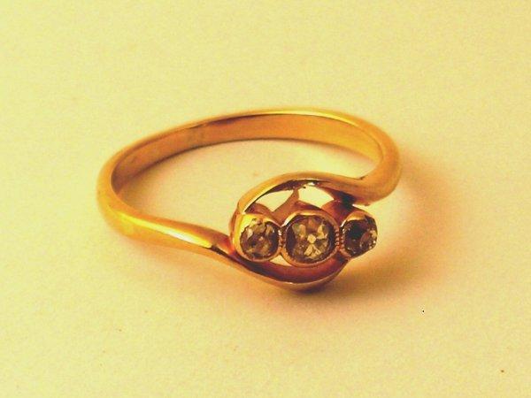 19:  A three stone diamond ring, the three graduated ol