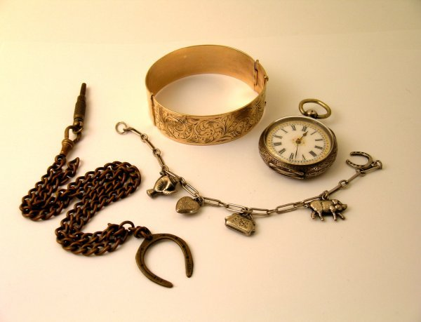 21: A selection of jewellery to include; a lady's fob w