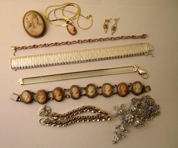 24: An amethyst set bracelet set in yellow metal stampe