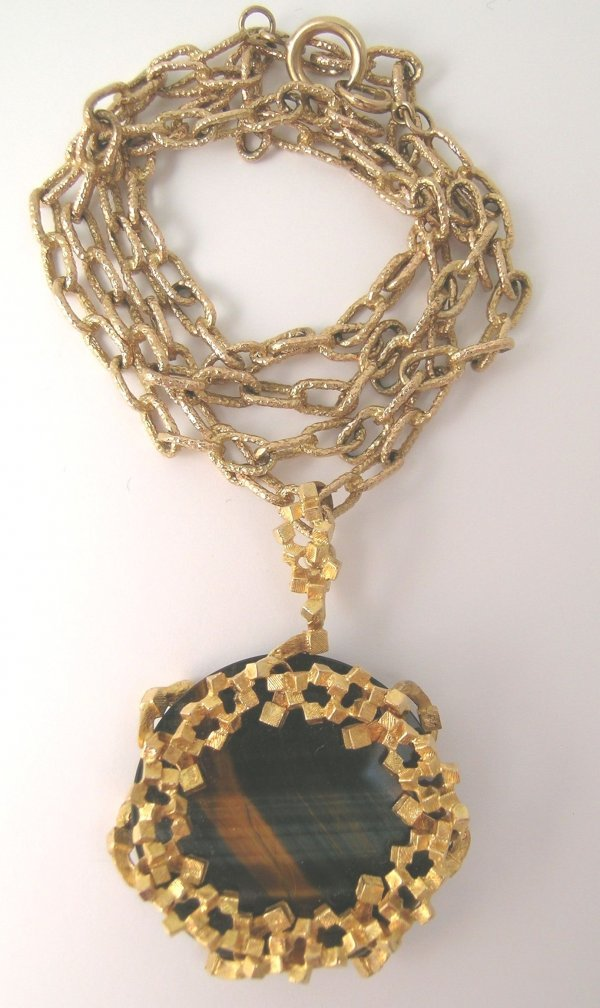 6B: A tiger's eye set pendant and chain Saunders and Sh
