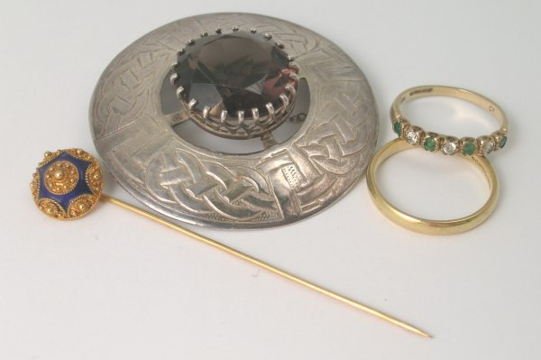 8B: A selection of jewellery to include; an 18ct yellow