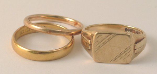 22B: A 22ct yellow gold wedding band, weight 5gms, a 9c