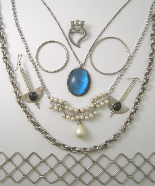 33B: A selection of jewellery to include; a pair of art