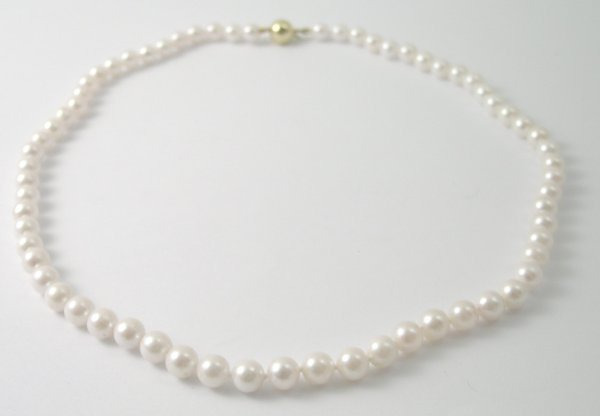 36B: A single strand, cultured pearl necklace, the unif