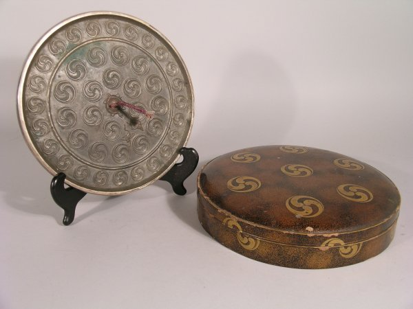 9D: A Japanese lacquer round box and cover, Edo period,