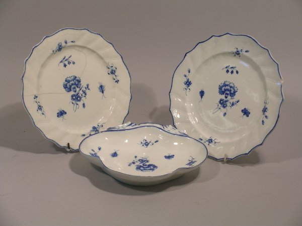24D: A Caughley blue printed shell shaped serving dish,